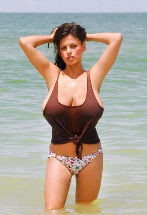 Итальянка на пляже с большой грудью